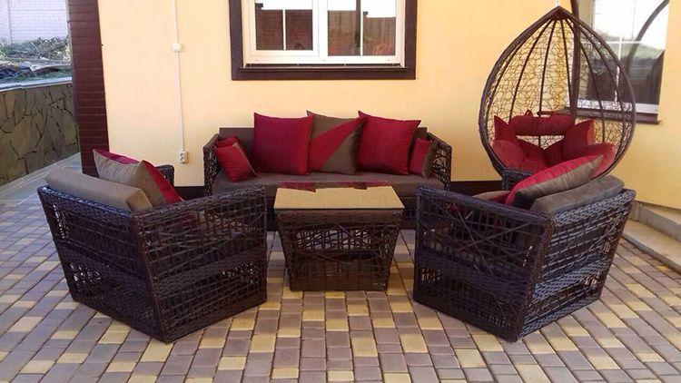 Прекрасная мебель из искусственного ротанга для террасы