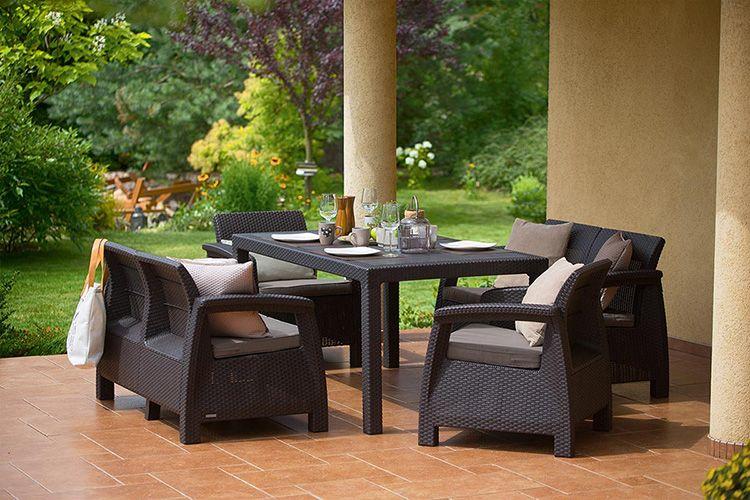 Плетёная мебель из полиротанга позволит с удобством разместиться семье или компании за одним столом на террасе дома