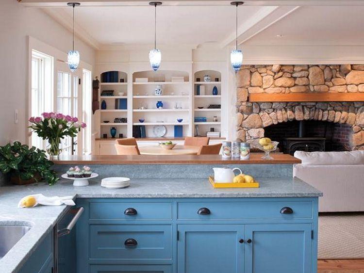 Кухонный гарнитур небесного цвета в безоблачный день
