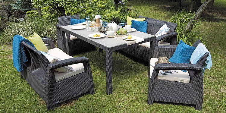 Тот же комплект плетёной мебели можно установить и в саду в тени деревьев