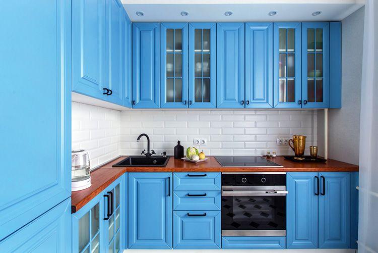 Ярко-голубая мебель удачно разбавит белый фон помещения в скандинавском стиле