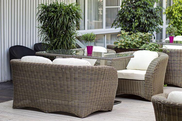 Комфортные кресла и диван из искусственного ротанга − отличное решение для террасы летнего кафе или ресторанчика