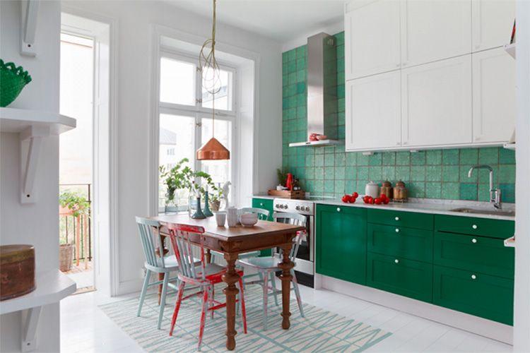 Зелёные фасады и рабочая панель белой скандинавской кухни, как морская вода на фоне льдин
