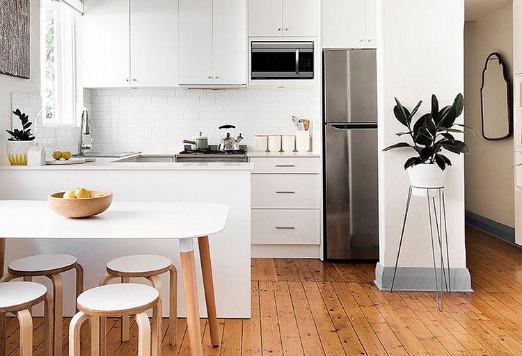 Светлые деревянные полы в скандинавской кухне