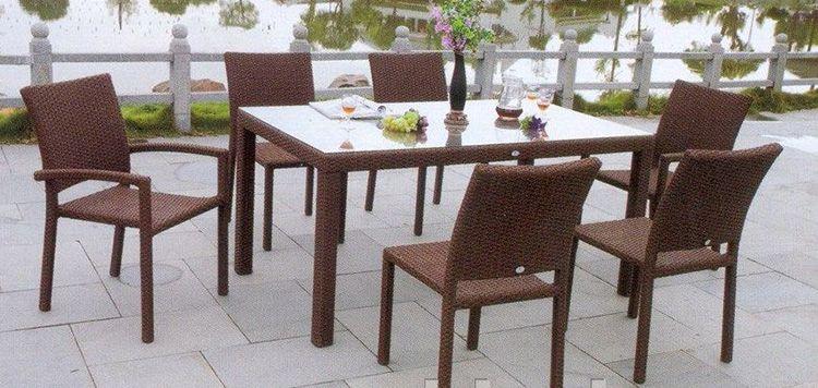 Стулья и стол из полиротанга отличаются прочностью и устойчивостью благодаря металлическому каркасу
