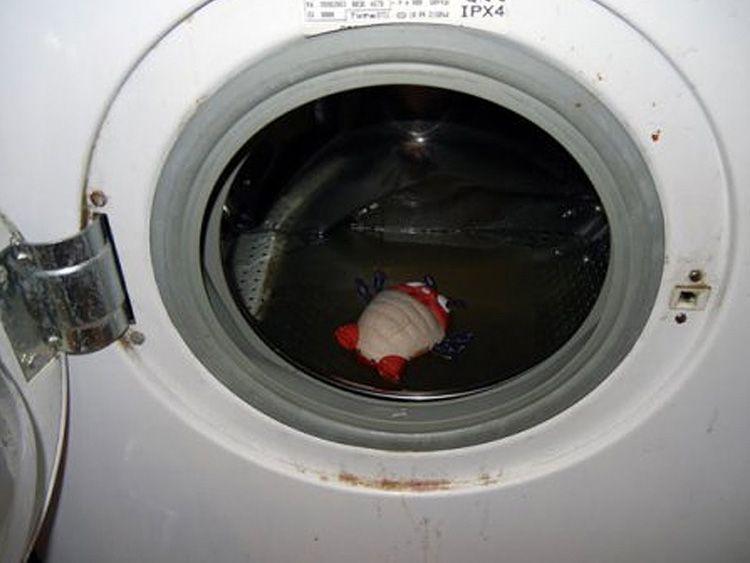 Слив воды через загрузочный люк – довольно «мокрое» дело