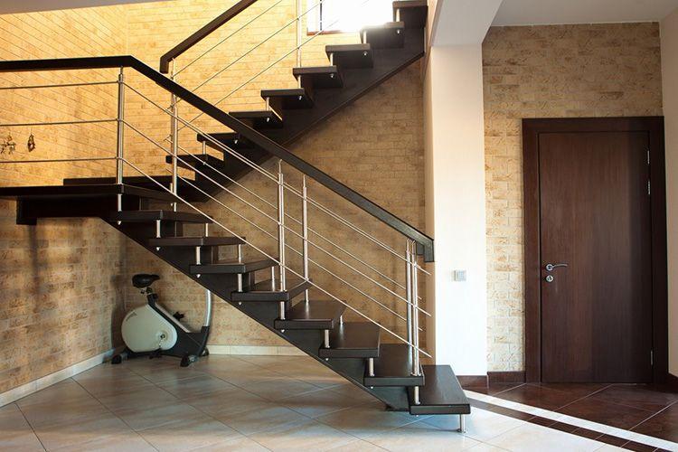 Межуровневая лестница таунхауса