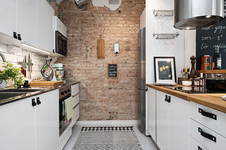 Скандинавская кухня со стеной, оформленной в стиле «лофт»