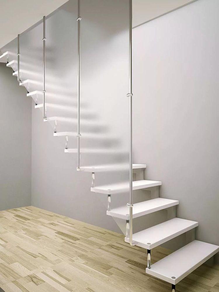 Больцевая лестница со стеклянной перегородкой