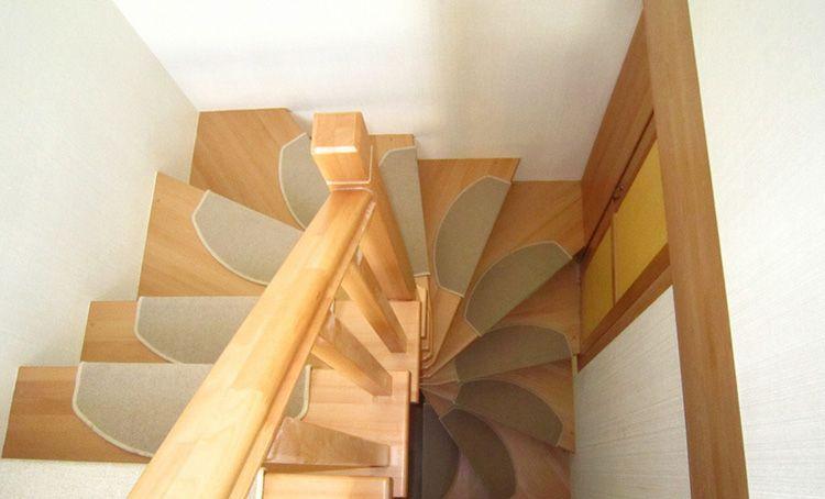 Недостаток винтовой лестницы – слишком крутые ступени