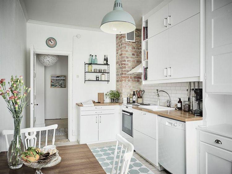 Белая деревянная дверь характерна для «скандинавки»