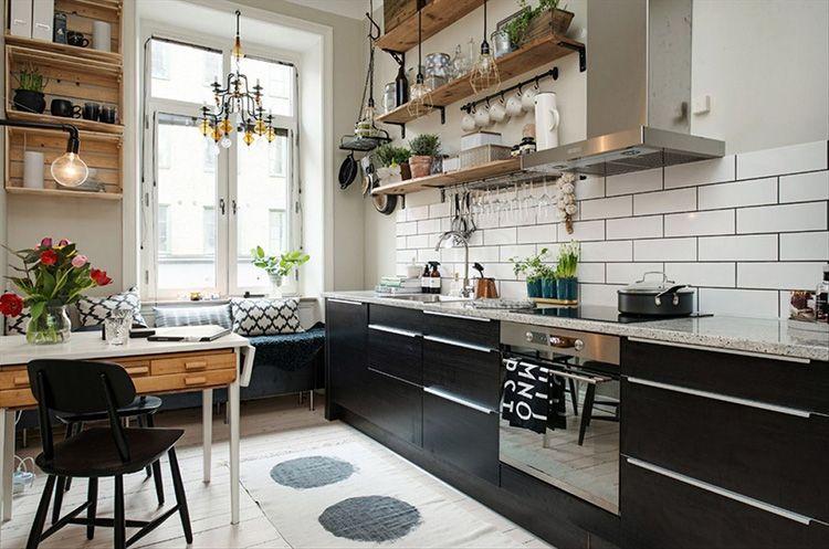 Тёмные фасады кухонного гарнитура удачно контрастируют на фоне светлых стен