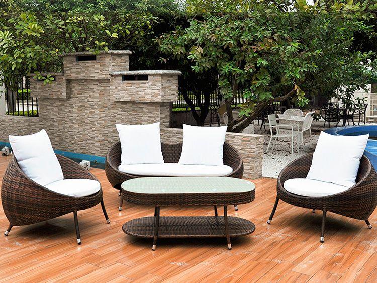Красивый комплект плетёной мебели для террасы загородного дома или ресторана