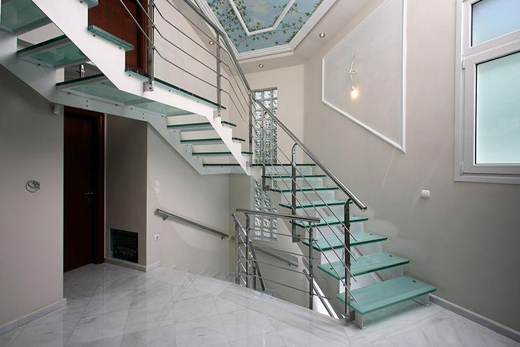 Лестница со стеклянными ступенями и межэтажными площадками