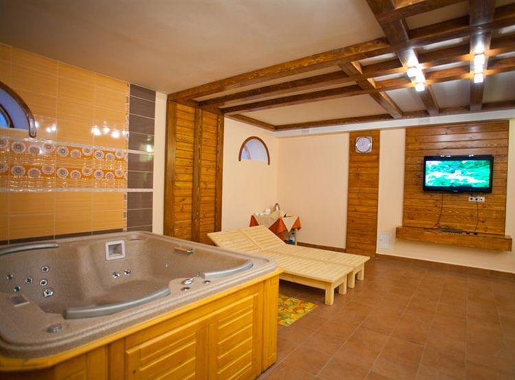 В цокольном этаже таунхауса можно устроить СПА зону с джакузи, сауной и тренажёрным залом