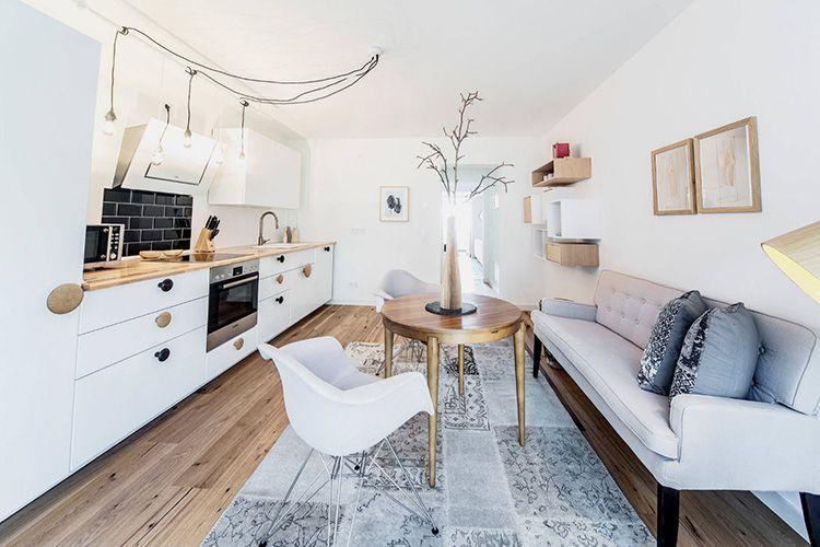 Скандинавская кухня с диваном