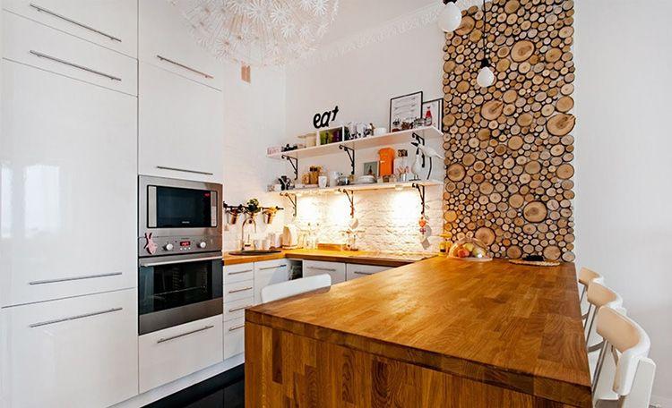 Декорирование стены в скандинавской кухне деревянными спилами
