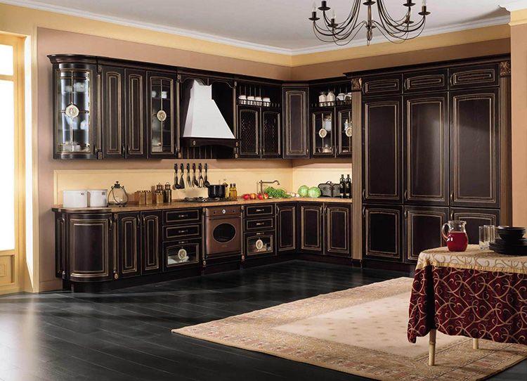 Красивый кухонный гарнитур в классическом стиле