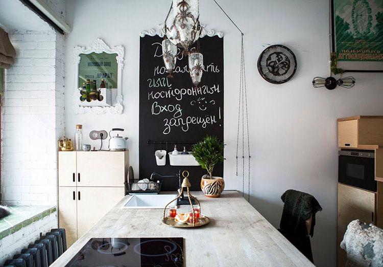 Постеры, часы и грифельная доска в качестве декора
