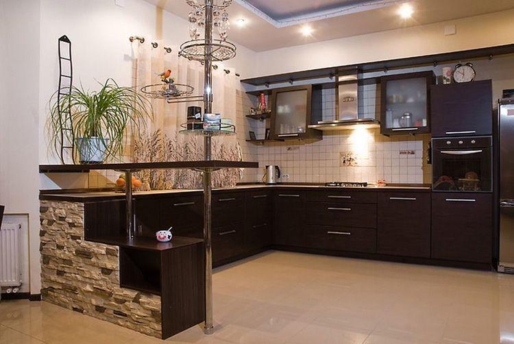 «Шоколадный» гарнитур смотрится очень привлекательно в светлой кухне