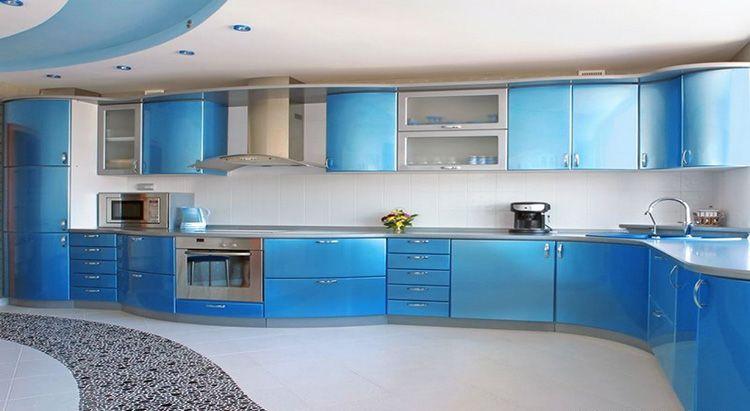 Большая небесно-голубая кухня с изогнутыми контурами напоминает о морском побережье