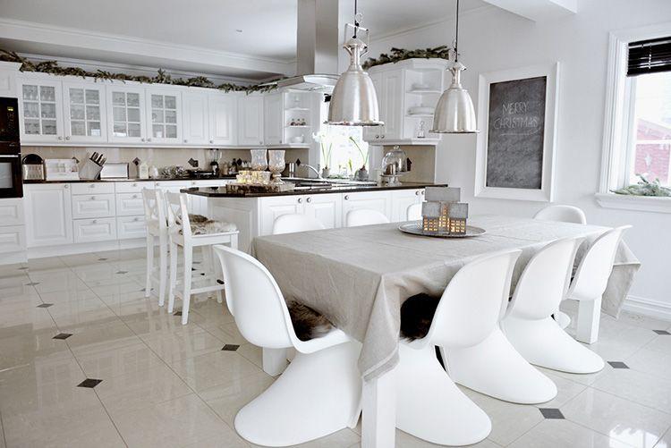 Скандинавская кухня-столовая в квартире студии