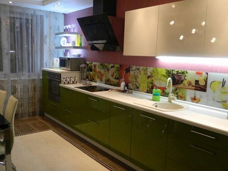 Прямая кухня с ярким стеклянным фартуком