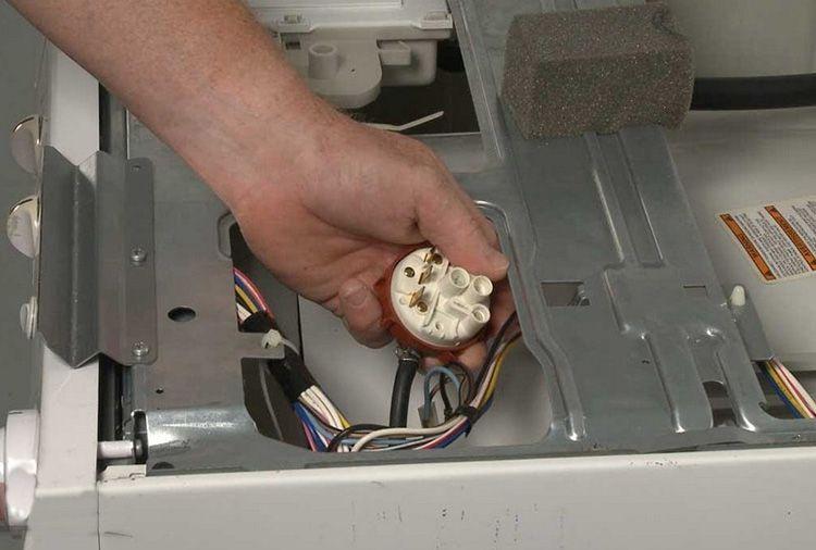 Из-за поломанного датчика воды жидкость может либо не сливаться, либо удалять её из машины постоянно, не давая баку наполниться полностью