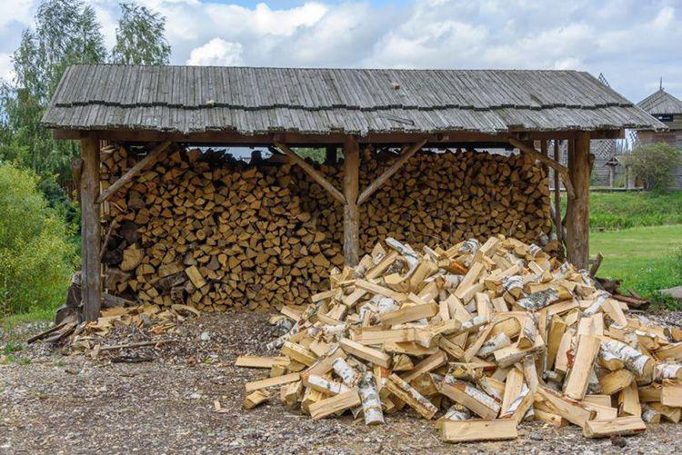 Под навесом можно сложить много дров