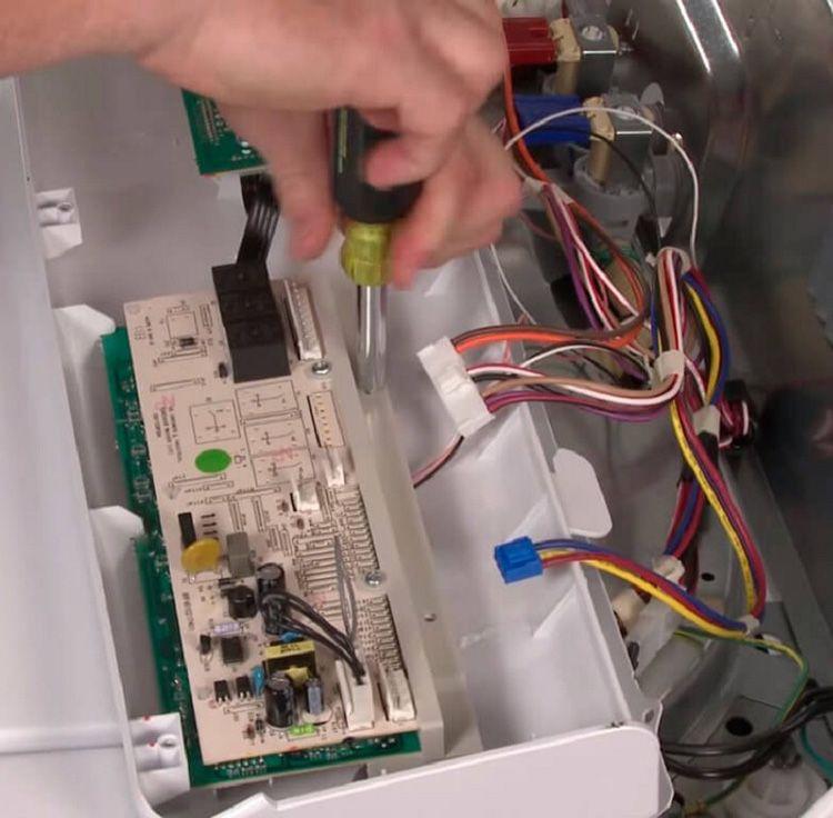 Если проблемы заключаются в неисправности электронной платы стиральной машины, то лучше, если разбираться с этим будут профессионалы сервис-центра