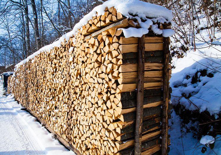 Даже если дрова хранятся под открытым небом их необходимо накрывать для защиты от осадков