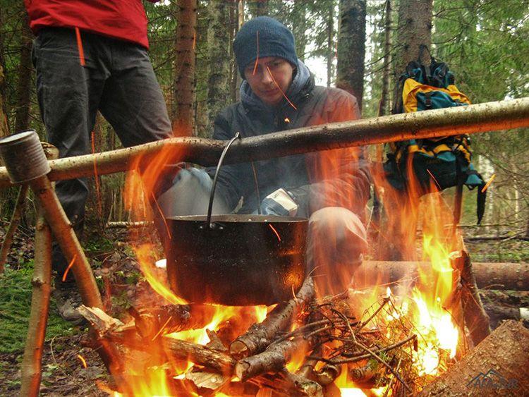 Чтобы в походе разжечь костер понадобится топор