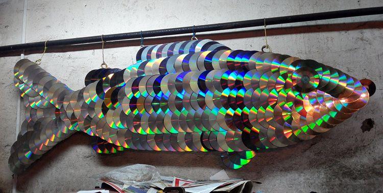 Можно сделать вот такое украшение на кухню. Рыбная чешуя может стать прекрасным отражающим элементом.
