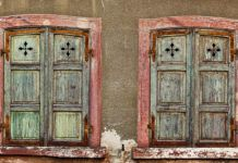 Преображаем двери и окна, удаляя старую краску