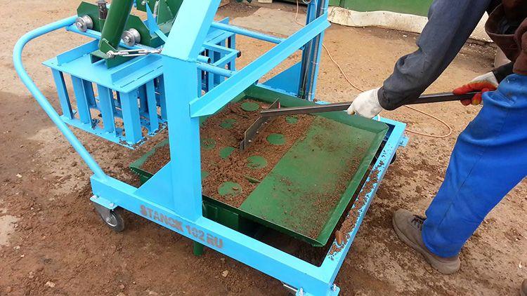 Шлакоблоки изготавливают в специальной вибропрессовальной машине. Небольшая машинка для изготовления блоков стоит в пределах 18 000-30 000 рублей.