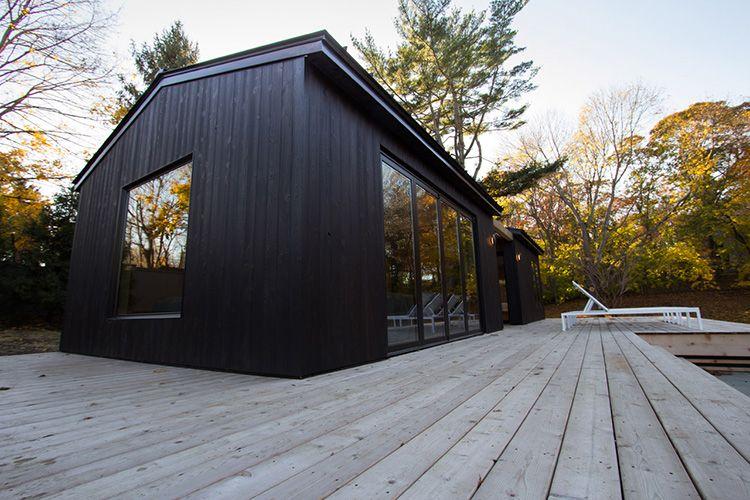 Фасад дома из доски, обожжённой по японской технологии Shou Sugi Ban