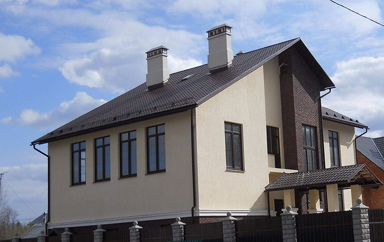 Шлакоблок проигрывает кирпичу в плане долговечности постройки, но при должной наружной и внутренней отделке он прослужит не одному поколению владельцев дома