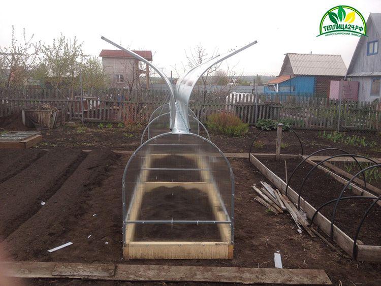 Парник «Бабочка» имеет удобную конструкцию, предоставляющую доступ к растениям с обеих сторон