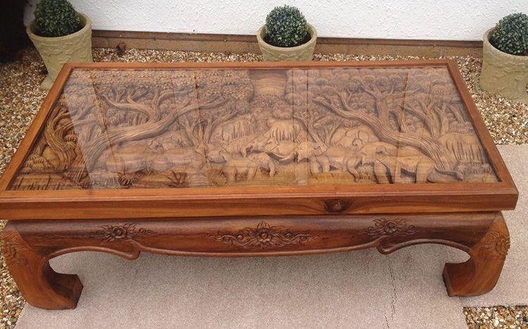 Необычный орнамент обычно защищают стеклянной столешницей, чтобы обезопасить от влаги или порчи мелкие детали и элементы