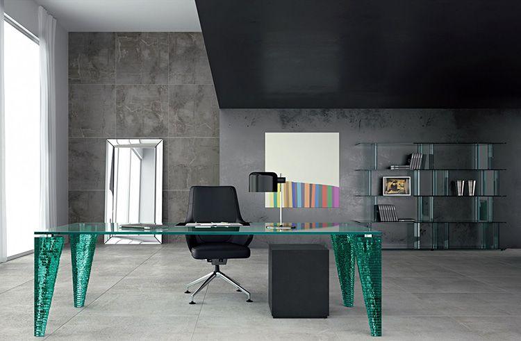 Эффектный стеклянный стол в бирюзовой гамме наверняка запомнится партнёрам по бизнесу