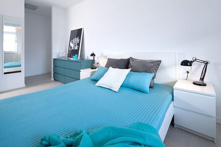 Просторная спальня с современными покрывалами цвета тиффани