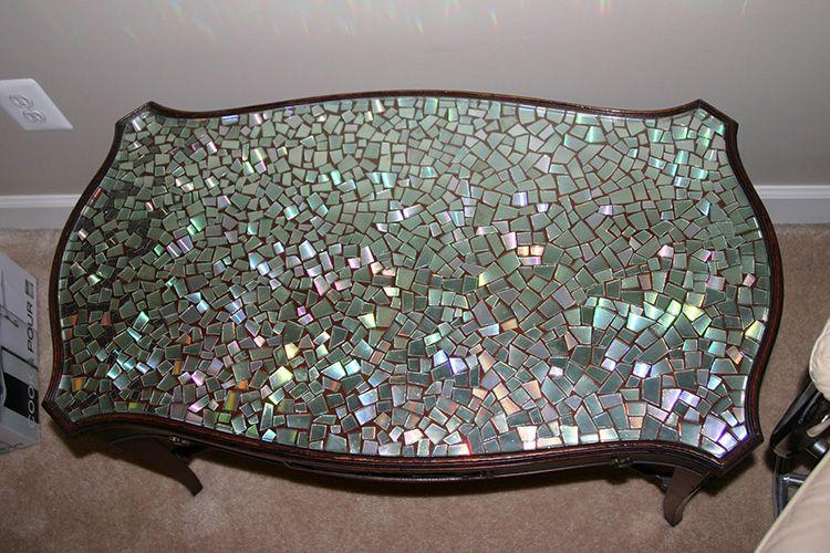 А вот такой кофейный столик будет уместен не только на кухне, но и в гостиной.