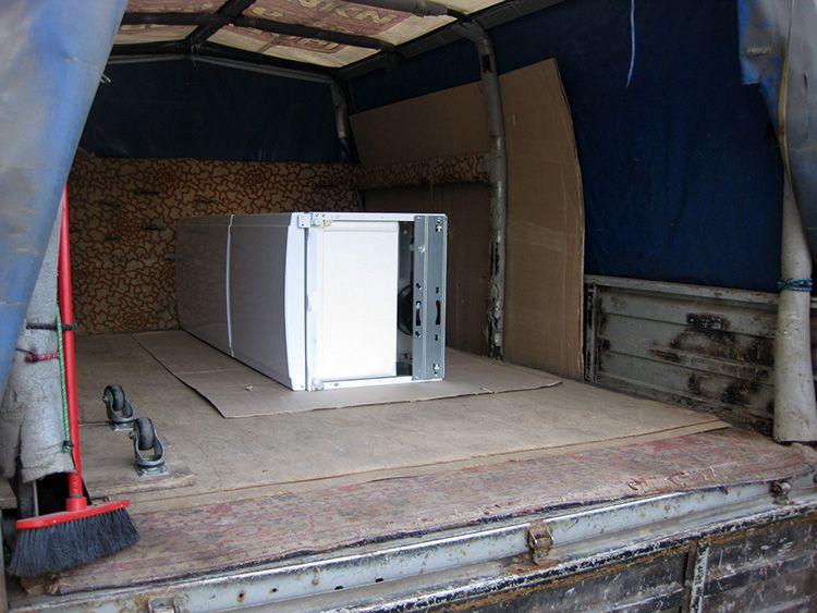 Не лишним будет застелить пол грузовой машины кусками плотного картона или одеялом