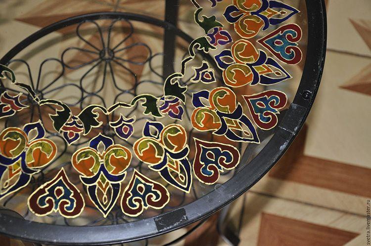 Очень популярна роспись в этническом стиле. Такие столешницы выглядят ажурно