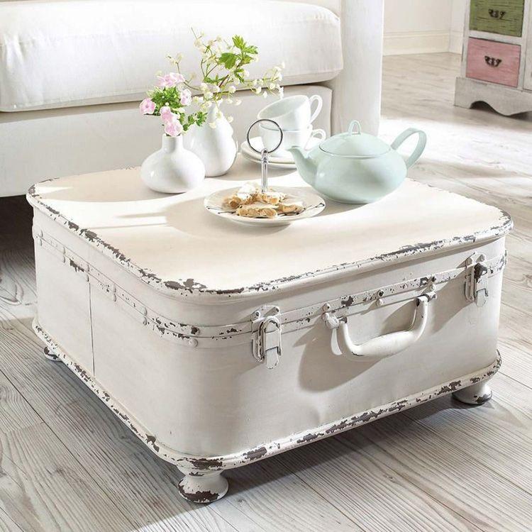 Такой столик в стиле шебби-шик выглядит весьма элегантно и стильно