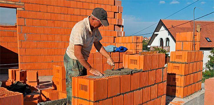 Возведение сооружений из щелевого кирпича ведётся быстрее, чем из обычного