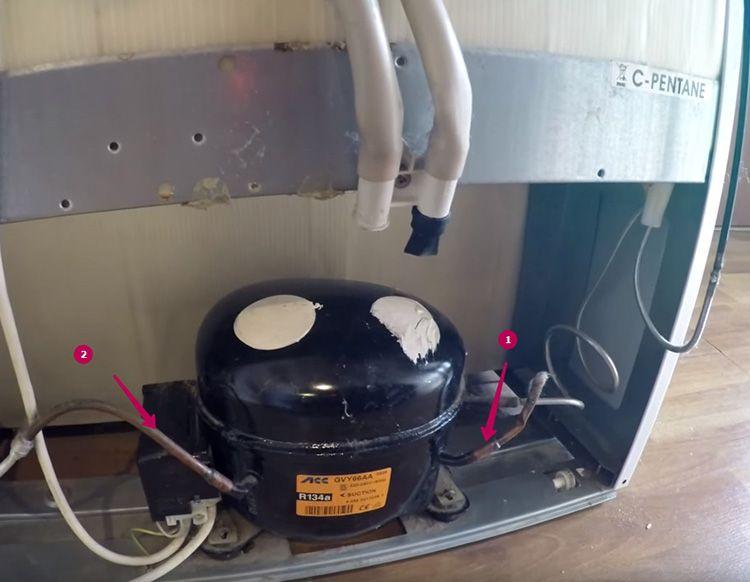 В этом компрессоре трубка № 1 подводит горячий пар из радиатора холодильника, а трубка № 2 сжимает фреон в жидкое состояние и подаёт его в морозильную камеру