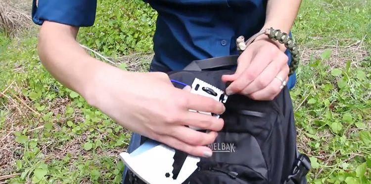Klecker Klax компактен и может крепится к рюкзаку или поясу при помощи имеющегося на лезвии карабина