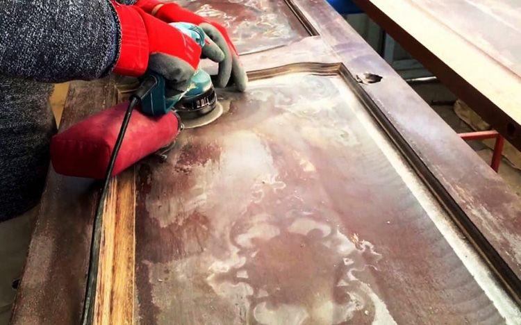 Снятие лако-красочного слоя на филенке двери