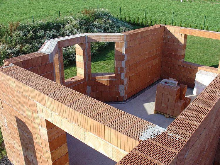 Дома из щелевого кирпича намного теплее, чем из силикатного материала, при одинаковой толщине стен